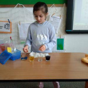 Pokus s míchání barev pomocí sklenic a ubrousku.