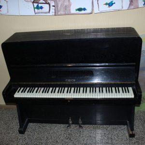 Piano na chodbě