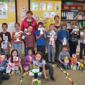 Centra aktivit 1. třída: Objevy a vynálezy - společné foto s roboty