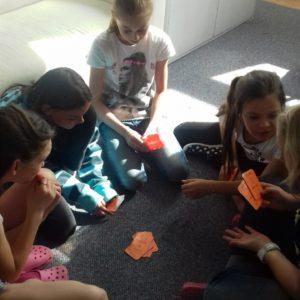 Hra s kartami bavila i holky