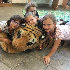 Holky s plyšovým tygrem