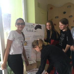 Děti instalují plakát a kasičku