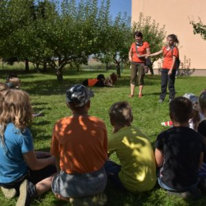 Cvičitelky, psi a děti na zahradě