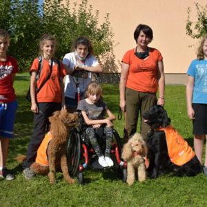Skupinka cvičitelů a psů ze spolku Pomáháme psím srdcem