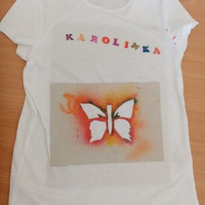 Triko s připravenou šablonou motýlka