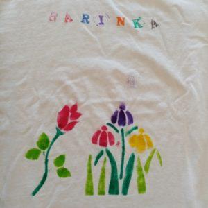Detail trička s kytičkami