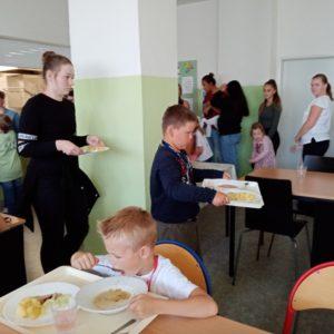 I prvňáčci si musí odnést jídlo na tácu ke stolu