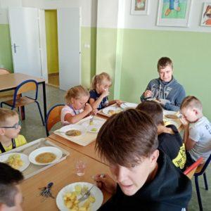 Prvňáčci u stolu v jídelně