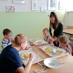 Prvňáčci s deváťáky v jídelně
