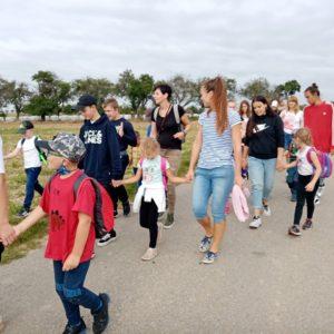 Prvňáci s deváťáky na cestě ke škole