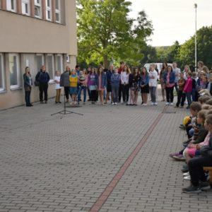 Zahájení školního roku na parkovišti před školou