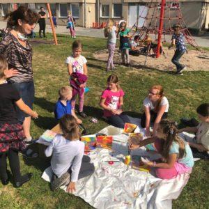ŠD - děti malují venku