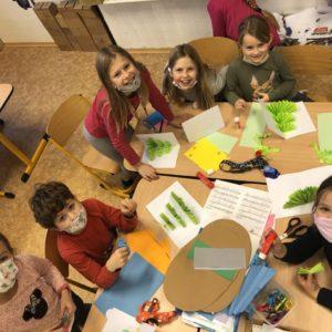 Děti v družině tvoří z papíru