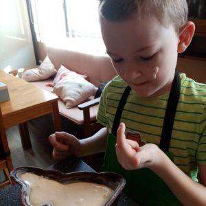 další pekař peče velikonočního králíčka